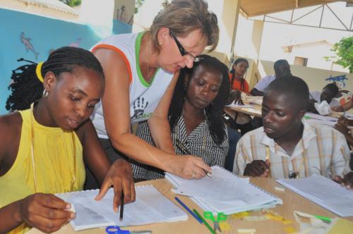 Silvia Kroker, capacitando educadores angolanos em janeiro de 2011